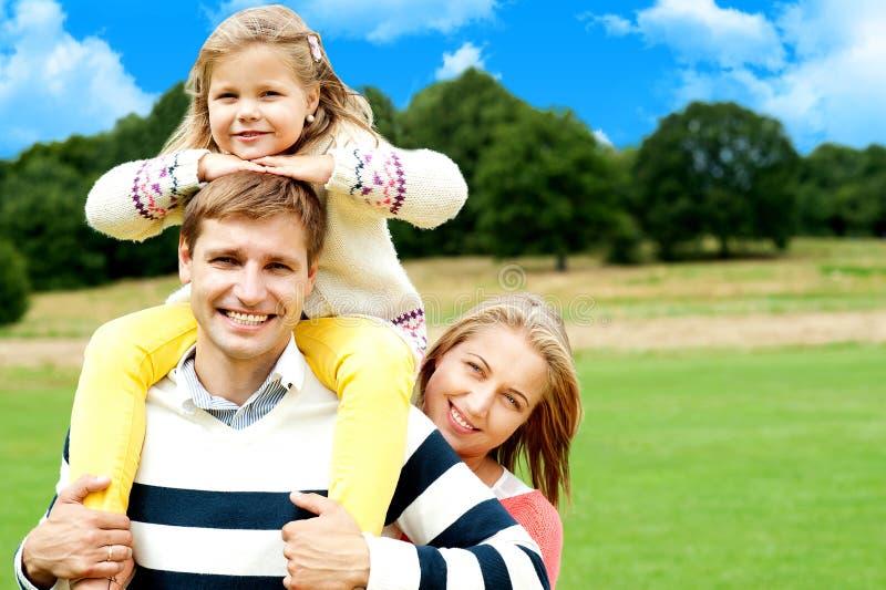 Ευτυχής χαμογελώντας οικογένεια υπαίθρια στοκ φωτογραφίες με δικαίωμα ελεύθερης χρήσης