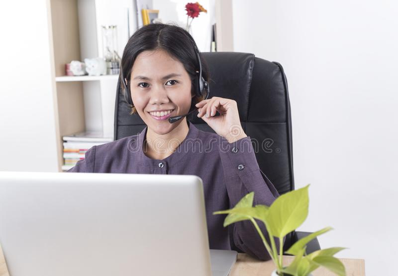 Ευτυχής χαμογελώντας χειριστής υποστήριξης πελατών γυναικών της Ασίας με την κάσκα στοκ φωτογραφίες με δικαίωμα ελεύθερης χρήσης