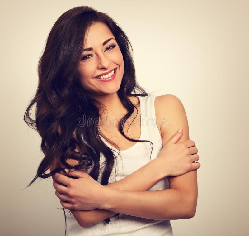 Ευτυχής χαμογελώντας όμορφη γυναίκα που αγκαλιάζεται με το φυσικό emoti στοκ εικόνες με δικαίωμα ελεύθερης χρήσης