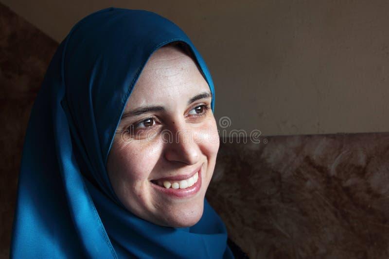 Ευτυχής χαμογελώντας αραβική αιγυπτιακή μουσουλμανική γυναίκα στοκ εικόνες