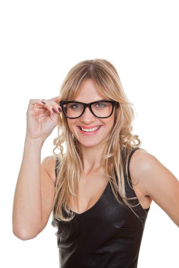 Ευτυχής χαμογελώντας βέβαια γυναίκα στα γυαλιά στοκ εικόνα