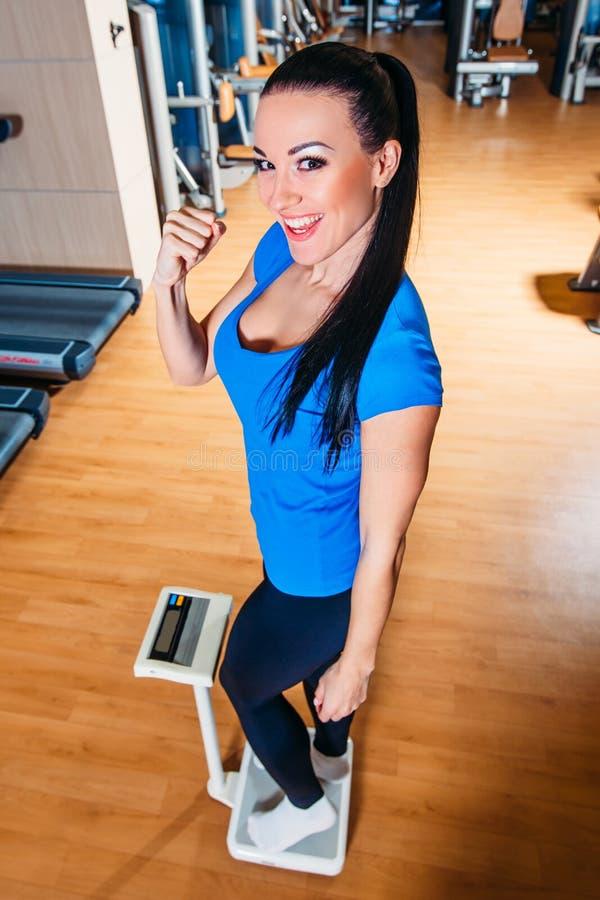 Ευτυχής χαμογελώντας γυναίκα στις κλίμακες στη γυμναστική στοκ φωτογραφίες