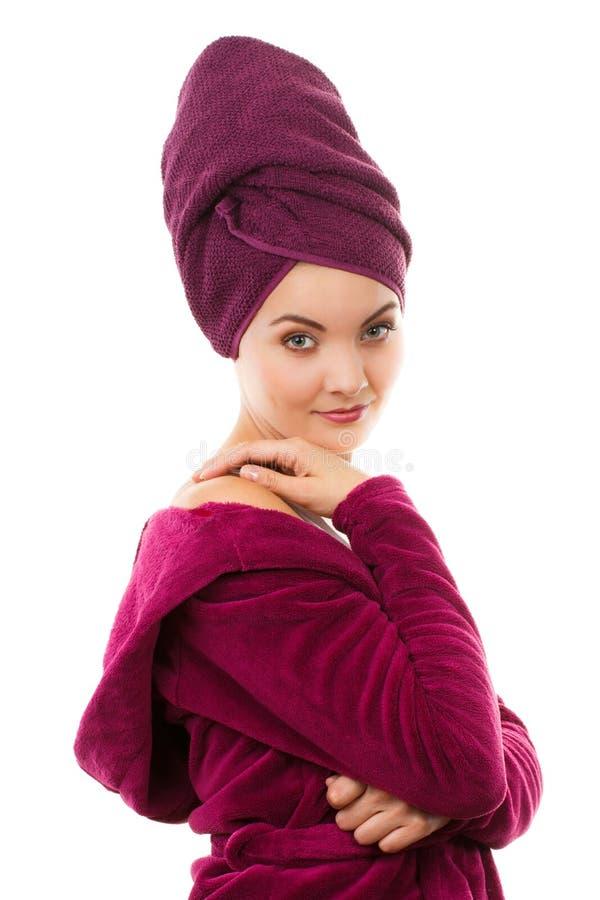 Ευτυχής χαμογελώντας γυναίκα στο πορφυρό μπουρνούζι, που απολαμβάνει τη φρεσκάδα και την ευημερία στοκ εικόνες