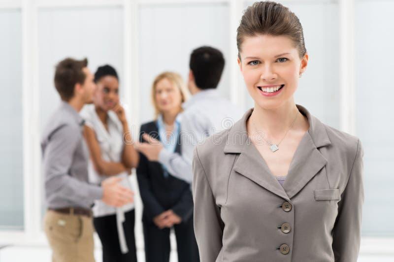 Ευτυχής χαμογελώντας επιχειρησιακή γυναίκα στοκ φωτογραφίες με δικαίωμα ελεύθερης χρήσης
