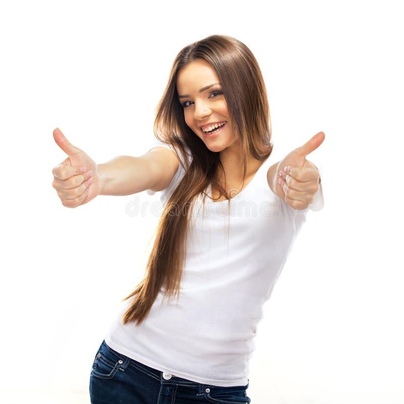 Ευτυχής χαμογελώντας νέα γυναίκα με τους αντίχειρες επάνω στη χειρονομία στοκ φωτογραφία