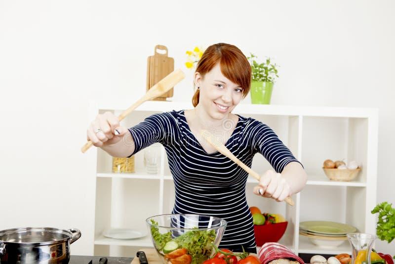 Ευτυχής γυναίκα που πετά μια φρέσκια σαλάτα στοκ φωτογραφία
