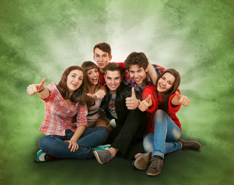Ευτυχής χαμογελώντας ομάδα tennagers στοκ φωτογραφία με δικαίωμα ελεύθερης χρήσης
