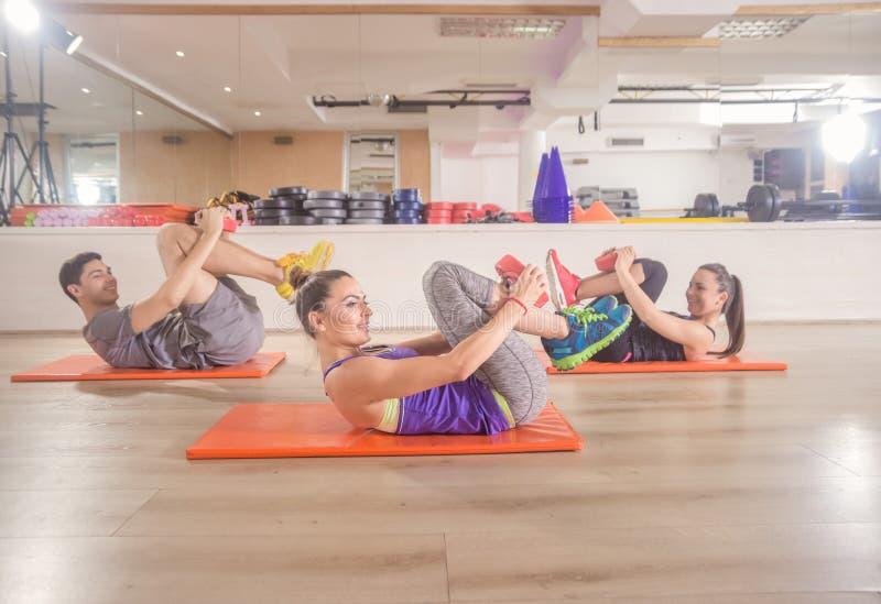 Ευτυχής χαμόγελου ικανότητας ABS χαλιών ευτυχής άσκηση πυρήνων τριών ανθρώπων στοκ εικόνα