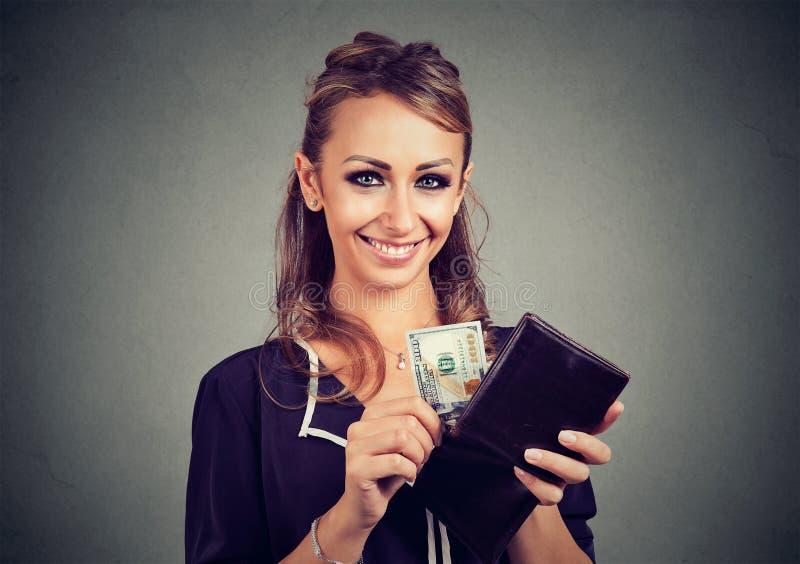 Ευτυχής χαριτωμένη γυναίκα με τα χρήματα στο πορτοφόλι της στοκ εικόνα με δικαίωμα ελεύθερης χρήσης