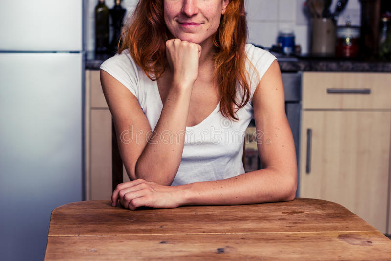 Ευτυχής χαλάρωση γυναικών στην κουζίνα της στοκ φωτογραφίες