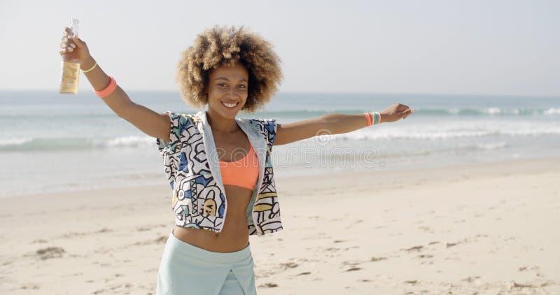 Ευτυχής χαλάρωση κοριτσιών στην παραλία στοκ φωτογραφίες με δικαίωμα ελεύθερης χρήσης