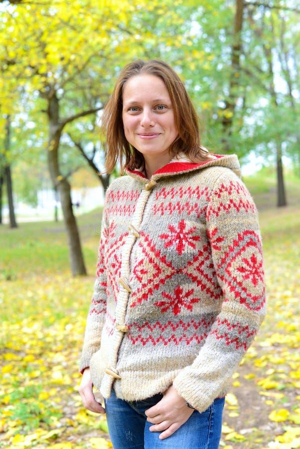 Ευτυχής χαλάρωση χαμόγελου γυναικών Hipster στο πάρκο φθινοπώρου στοκ εικόνα με δικαίωμα ελεύθερης χρήσης
