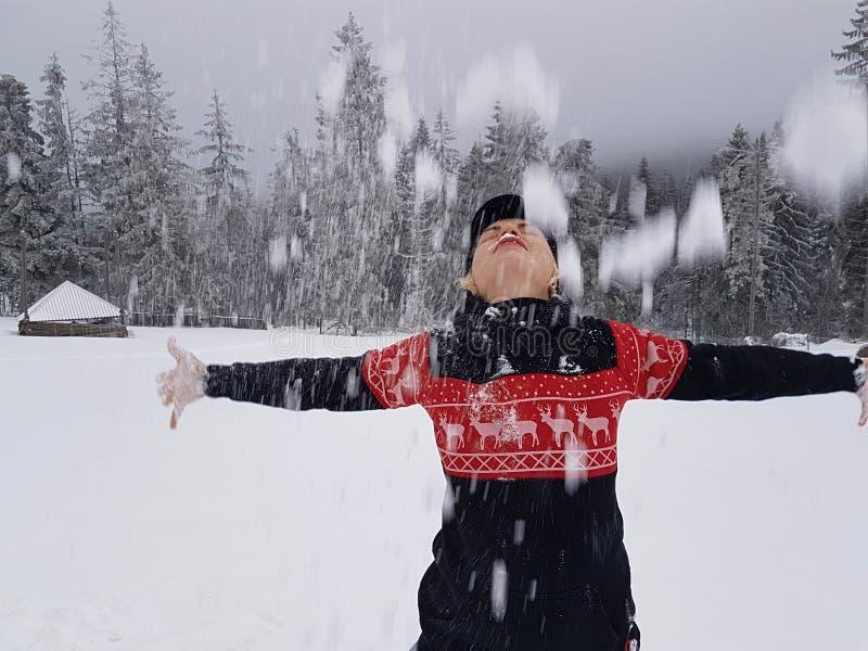 Ευτυχής χειμώνας Καλά ντυμένος απολαμβάνοντας το χειμώνα στοκ φωτογραφία