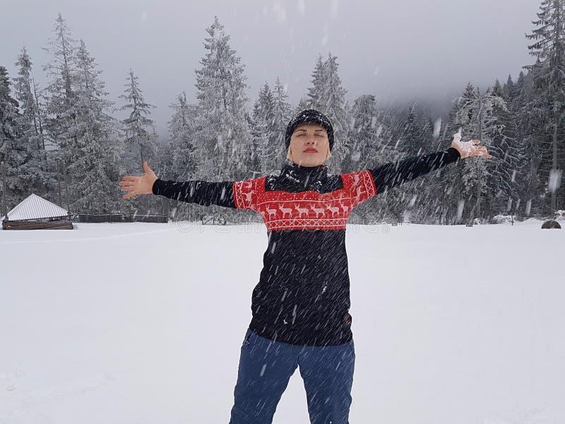 Ευτυχής χειμώνας Καλά ντυμένος απολαμβάνοντας το χειμώνα στοκ φωτογραφίες με δικαίωμα ελεύθερης χρήσης