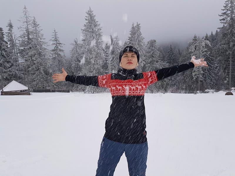 Ευτυχής χειμώνας Καλά ντυμένος απολαμβάνοντας το χειμώνα στοκ φωτογραφία με δικαίωμα ελεύθερης χρήσης