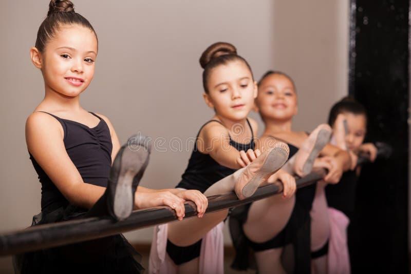 Ευτυχής χορευτής μπαλέτου κατά τη διάρκεια της κατηγορίας στοκ εικόνα