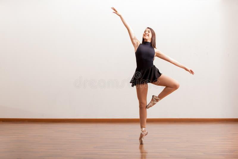 Ευτυχής χορευτής μπαλέτου σε ένα στούντιο στοκ εικόνα