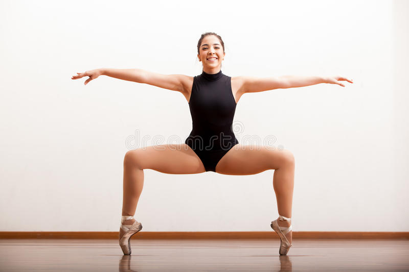 Ευτυχής χορευτής μπαλέτου σε ένα στούντιο στοκ φωτογραφίες με δικαίωμα ελεύθερης χρήσης