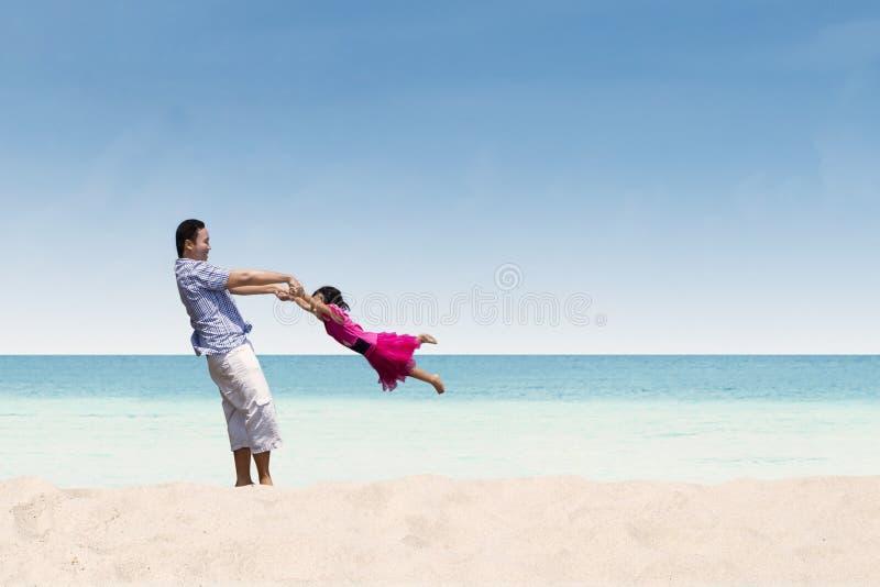Ευτυχής χρόνος πατέρων και κορών στην παραλία στοκ φωτογραφία με δικαίωμα ελεύθερης χρήσης