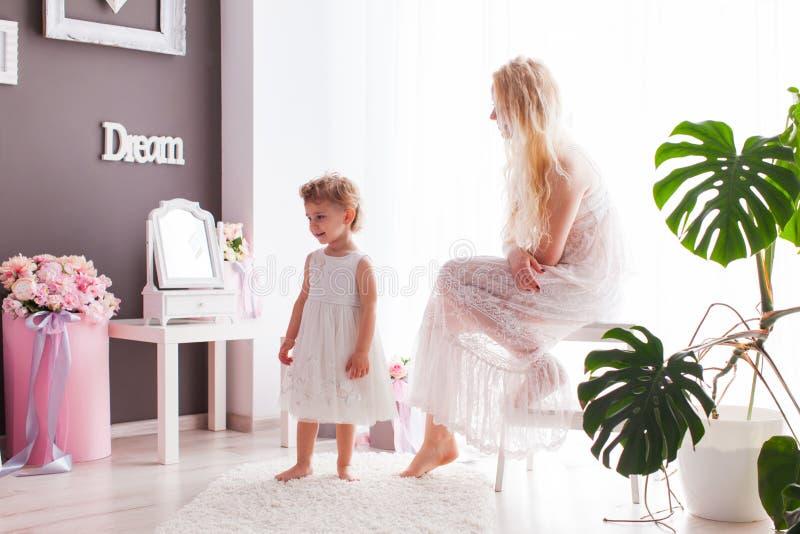 Ευτυχής χρόνος της οικογενειακής ενότητας στο δωμάτιο στοκ εικόνα