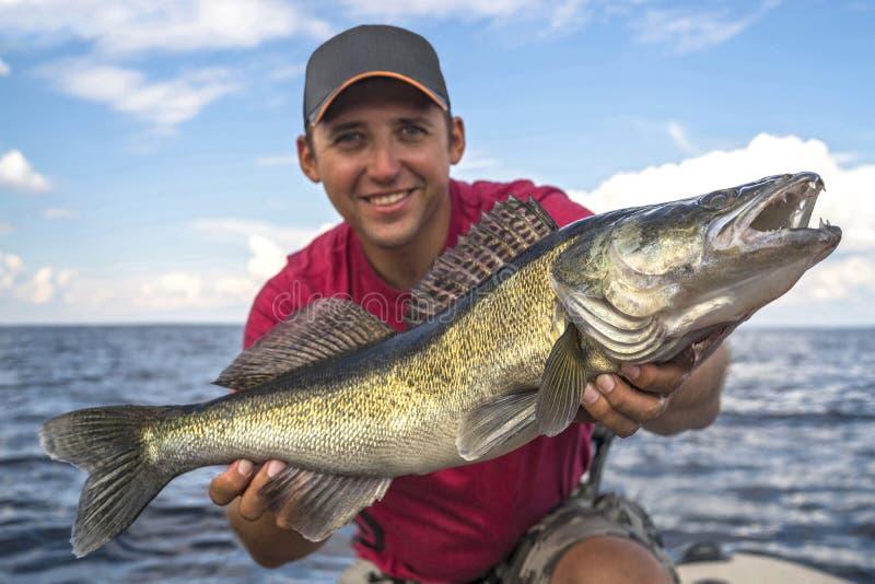 Ευτυχής ψαράς με το μεγάλο τρόπαιο ψαριών zander στοκ εικόνες με δικαίωμα ελεύθερης χρήσης