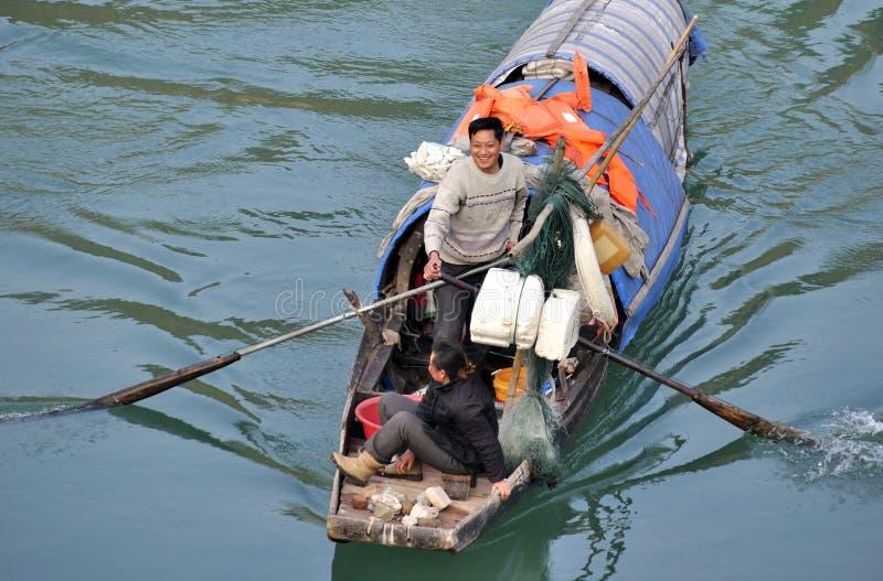 Ευτυχής ψαράς στην κωπηλασία στοκ εικόνες