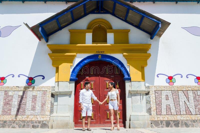 Ευτυχής όμορφη γυναίκα με το φίλο της που εξετάζει ο ένας τον άλλον στην πόρτα της εκκλησίας Antioquia ανατολικά Λίμα στοκ φωτογραφία με δικαίωμα ελεύθερης χρήσης