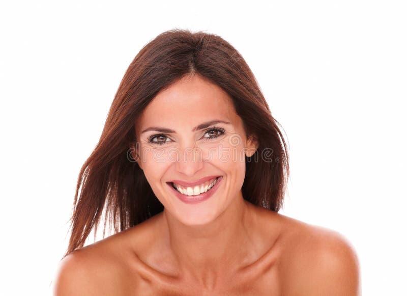 Ευτυχής όμορφη γυναίκα που γελά στη κάμερα στοκ εικόνες