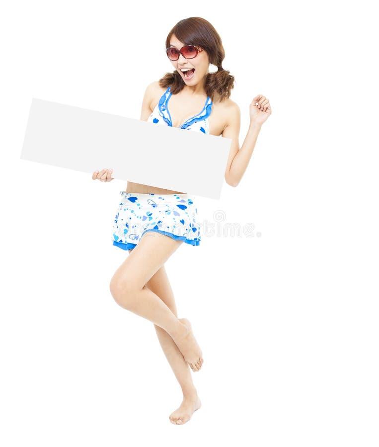 Ευτυχής όμορφη γυναίκα που στέκεται και που κρατά έναν πίνακα στοκ εικόνες με δικαίωμα ελεύθερης χρήσης