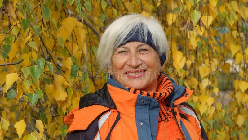 Ευτυχής όμορφη ηλικιωμένη γυναίκα στοκ εικόνες με δικαίωμα ελεύθερης χρήσης