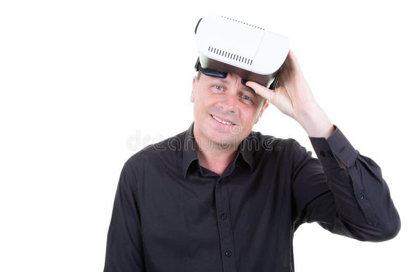 Ευτυχής όμορφος αμερικανικός τύπος ατόμων στο χέρι γυαλιών VR στοκ εικόνα