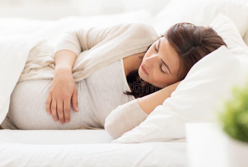 Ευτυχής ύπνος εγκύων γυναικών στο κρεβάτι στο σπίτι στοκ φωτογραφία με δικαίωμα ελεύθερης χρήσης