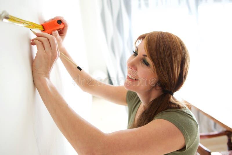 Ευτυχής ώριμη γυναίκα που χαρακτηρίζει τον τοίχο στοκ φωτογραφία με δικαίωμα ελεύθερης χρήσης