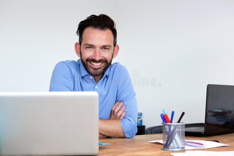 Ευτυχής ώριμη συνεδρίαση επιχειρησιακών ατόμων στο γραφείο γραφείων του στοκ εικόνες