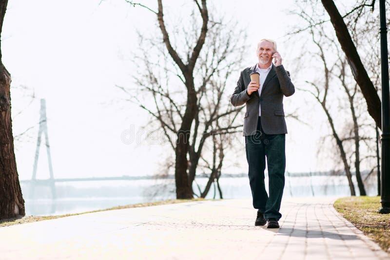 Ευτυχής ώριμος επιχειρηματίας που απαντά στην κλήση στοκ φωτογραφία με δικαίωμα ελεύθερης χρήσης