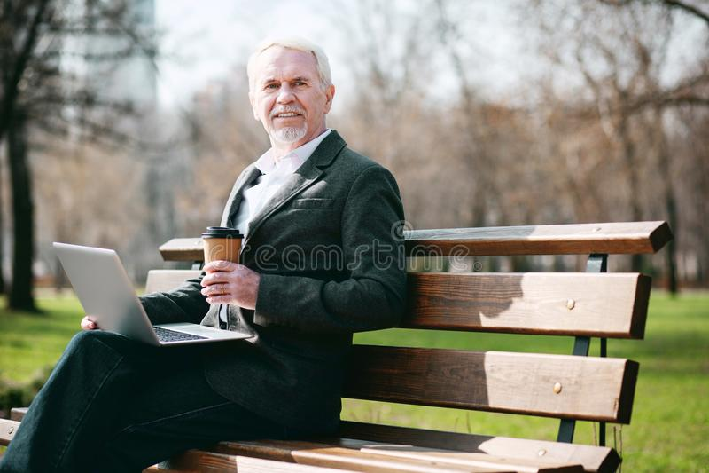 Ευτυχής ώριμος επιχειρηματίας που εργάζεται στο πάρκο στοκ φωτογραφία με δικαίωμα ελεύθερης χρήσης