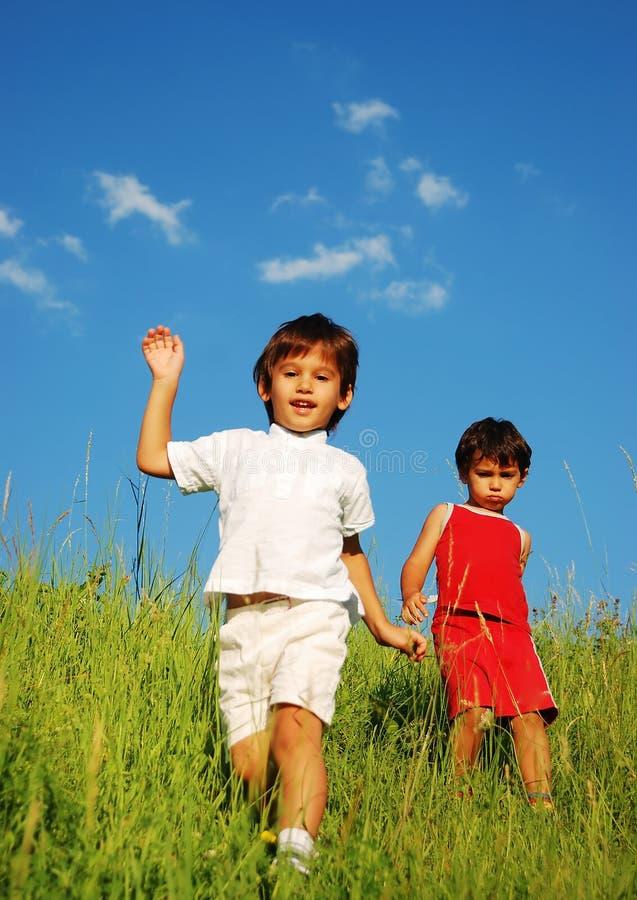 Ευτυχής unforgetable παιδική ηλικία στο πράσινο λιβάδι στοκ φωτογραφίες