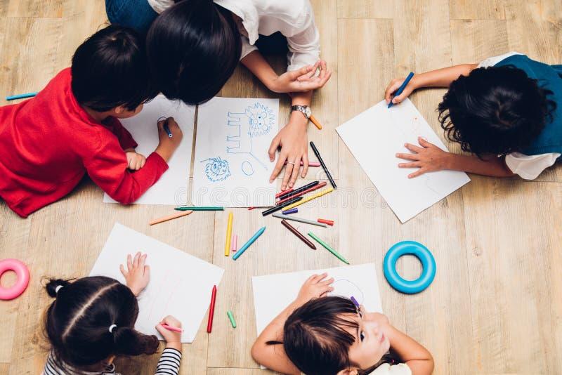 Ευτυχή αγόρι και κορίτσι παιδιών ομάδας παιδιών τοπ οικογένειας άποψης kindergart στοκ φωτογραφίες