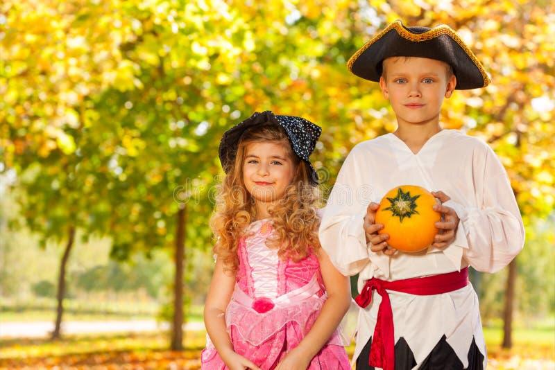 Ευτυχή αγόρι και κορίτσι στα κοστούμια αποκριών στοκ εικόνα με δικαίωμα ελεύθερης χρήσης