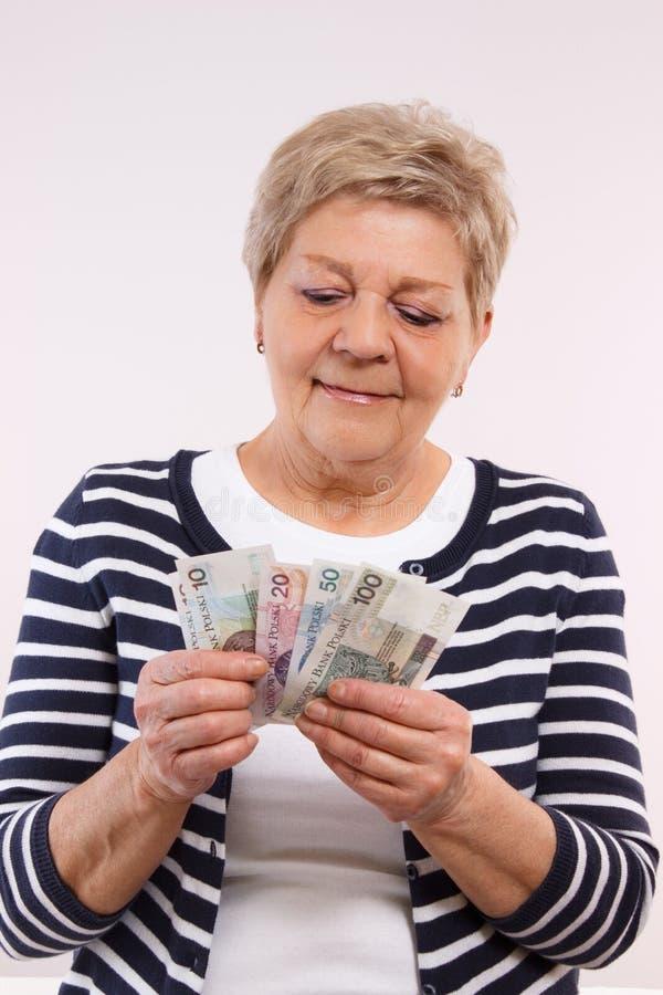 Ευτυχή ανώτερα θηλυκά μετρώντας χρήματα νομίσματος στιλβωτικής ουσίας, έννοια της οικονομικής ασφάλειας στη μεγάλη ηλικία στοκ εικόνα με δικαίωμα ελεύθερης χρήσης