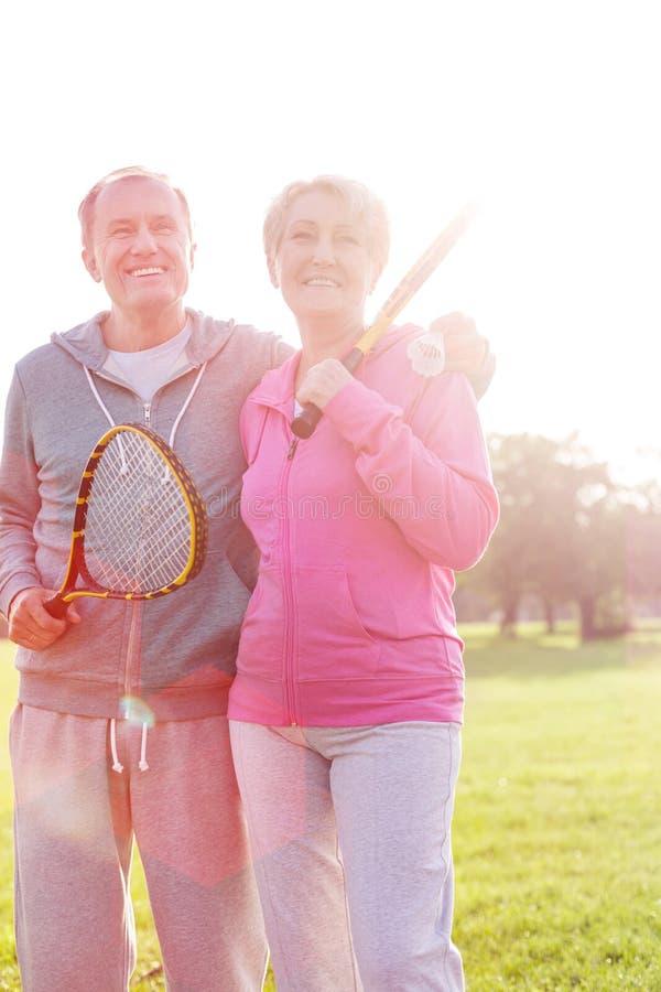 Ευτυχή ανώτερα ρόπαλα αντισφαίρισης εκμετάλλευσης ζευγών στο πάρκο στοκ εικόνα με δικαίωμα ελεύθερης χρήσης