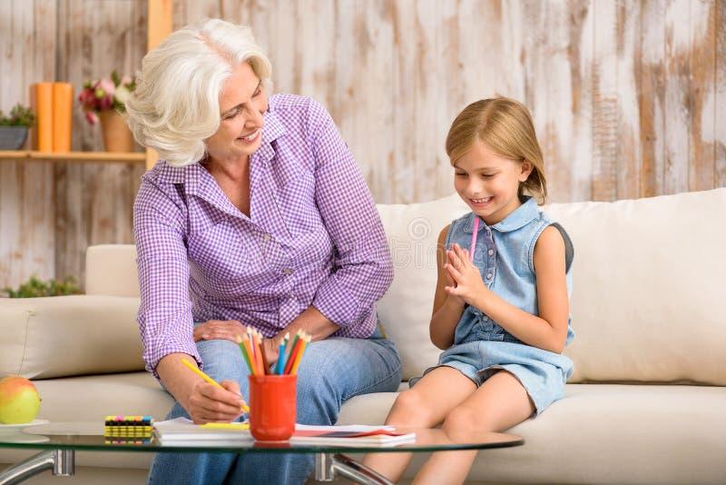 Ευτυχή γιαγιά και εγγόνι που σύρουν από κοινού στοκ φωτογραφίες με δικαίωμα ελεύθερης χρήσης