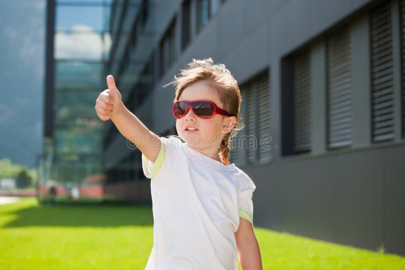 ευτυχή γυαλιά ηλίου παι&d στοκ φωτογραφία