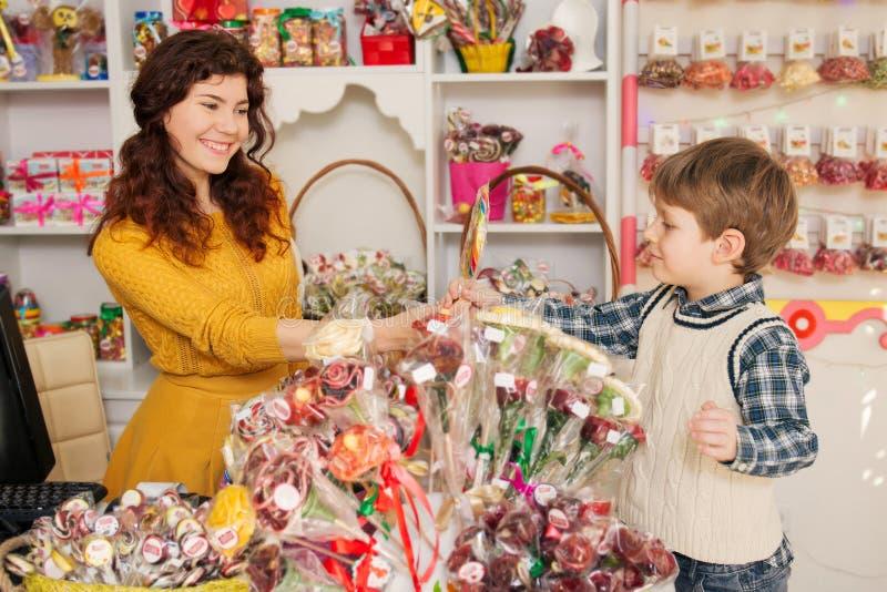 Ευτυχή γλυκά αγοράς αγοριών στο κατάστημα στοκ φωτογραφία με δικαίωμα ελεύθερης χρήσης