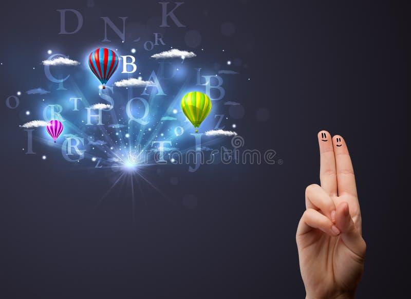 Ευτυχή δάχτυλα smiley που εξετάζουν τα μπαλόνια ζεστού αέρα στο νεφελώδες s στοκ φωτογραφία