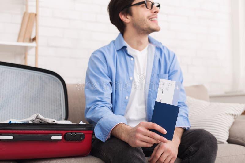 Ευτυχή διαβατήριο και εισιτήριο εκμετάλλευσης ατόμων στο σπίτι στοκ φωτογραφία