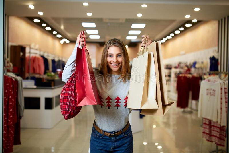 Ευτυχή δώρα αγορών κοριτσιών στη λεωφόρο στην πώληση Χριστουγέννων Νέα έννοια ιδέας αγορών διακοπών έτους χαμογελώντας γυναίκα στοκ φωτογραφίες με δικαίωμα ελεύθερης χρήσης