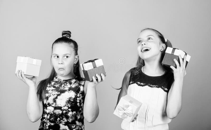 Ευτυχή δώρα γενεθλίων αγαπών παιδιών Αγορές και διακοπές Οι αδελφές απολαμβάνουν παρουσιάζουν Τα παιδιά κρατούν το μπεζ κιβωτίων  στοκ εικόνες