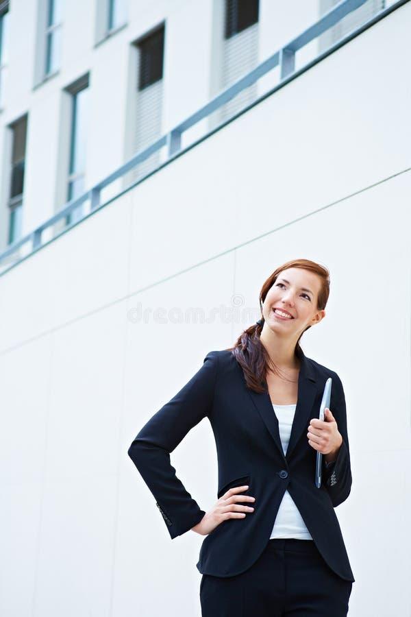 Ευτυχή επιχειρησιακά γυναίκα και πανεπιστήμιο στοκ εικόνες