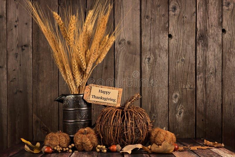 Ευτυχή ετικέττα ημέρας των ευχαριστιών και ντεκόρ φθινοπώρου ενάντια στο ξύλο στοκ εικόνα